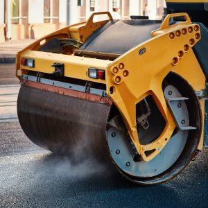 Bild på fordonsförare vid vägarbete